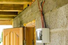 Elektrischer Installationskasten mit den Drähten angeschlossen Tür gesehen in b Lizenzfreies Stockbild