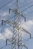 Elektrischer Kontrollturm auf dem Himmel Stockfotos
