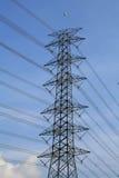 Elektrischer Kontrollturm gegen blauen Himmel und Wolke Lizenzfreie Stockfotos