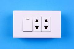 Elektrischer Lichtschalter auf blauem Hintergrund Lizenzfreies Stockbild