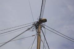 Elektrischer Mast mit Verbindungskabeln lizenzfreie stockfotografie