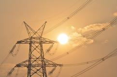 Elektrischer Mast und Hochspannungsleitungen nähern sich Umwandlungsstation bei Sonnenaufgang in Gurgaon Lizenzfreies Stockbild