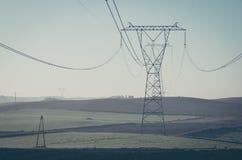Elektrischer Pfosten auf blauem Himmel stockfotografie