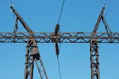 Elektrischer Pfosten auf Himmelhintergrund Stockfotos