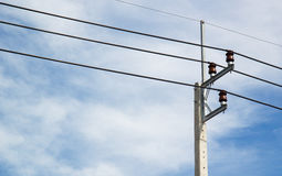 Elektrischer Pfosten auf Himmelhintergrund Stockfotografie
