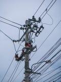 Elektrischer Pfosten, Kabel und Hintergrund des blauen Himmels Lizenzfreie Stockfotografie