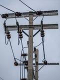 Elektrischer Pfosten, Kabel und Hintergrund des blauen Himmels Lizenzfreie Stockbilder