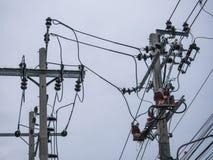 Elektrischer Pfosten, Kabel und Hintergrund des blauen Himmels Stockfoto