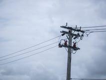 Elektrischer Pfosten, Kabel und Hintergrund des blauen Himmels Stockfotos