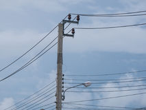 Elektrischer Pfosten, Kabel und Hintergrund des blauen Himmels lizenzfreie stockfotos