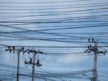 Elektrischer Pfosten, Kabel und Hintergrund des blauen Himmels Lizenzfreies Stockfoto