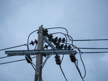 Elektrischer Pfosten, Kabel und Hintergrund des blauen Himmels lizenzfreies stockbild