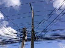 Elektrischer Pfosten mit Drähten und Übertragungskabeln stockfoto