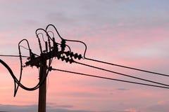 Elektrischer Pfosten Schattenbild Concreet mit Stromleitungen Stockbilder