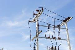 Elektrischer Pfosten und Kabel mit blauem Himmel Lizenzfreie Stockfotografie
