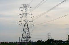 Elektrischer Pfostenhimmelblauhochspannungshintergrund stockbild