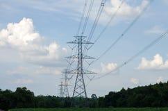 Elektrischer Pfostenhimmelblauhochspannungshintergrund lizenzfreie stockbilder