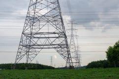 Elektrischer Pfostenhimmelblauhochspannungshintergrund lizenzfreies stockfoto