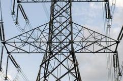 Elektrischer Pfostenhimmelblauhochspannungshintergrund lizenzfreie stockfotos