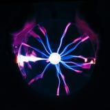 Elektrischer Plasmaball auf schwarzem Hintergrund Lizenzfreies Stockfoto