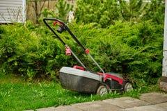 Elektrischer Rasenmäher auf dem Hintergrund des Rasens lizenzfreie stockfotografie