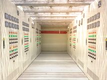Elektrischer Raum gelegen im gefährlichen Bereich mit Überdruck, elektrisches Kabinett mit Korridor unter angehobenem Boden stockfotos