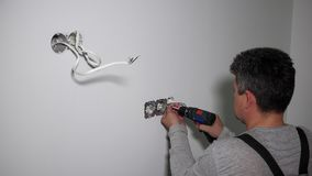 Elektrischer Sockel der Bauhauptschraube zur Gipskartonwand stock video footage