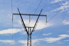 Elektrischer Stahlmast gegen den blauen Himmel Stockbild