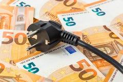 Elektrischer Stecker auf Geldeuro lizenzfreie stockfotos