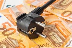 Elektrischer Stecker auf Geldeuro stockfoto
