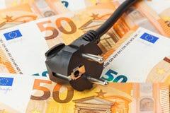 Elektrischer Stecker auf Geldeuro lizenzfreies stockbild
