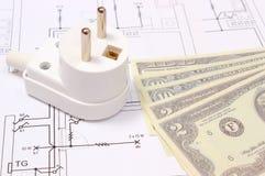 Elektrischer Stecker und Geld auf elektrischer Zeichnung, Energiekonzept Stockbilder