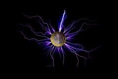 Elektrischer Strom überschritt durch eine Münze des Euros 2 Stockbilder