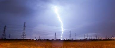 Elektrischer Sturm-Gewitter-Blitz über Stromleitungen Südt Lizenzfreies Stockfoto