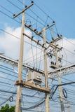 Elektrischer Transformator auf dem Pfosten stockfotografie