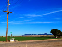 Elektrischer Turm mit Straßen- und Grünfeldern Lizenzfreies Stockbild