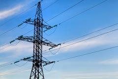 Elektrischer Turm und Drähte gegen den Himmel stockfotos