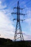 Elektrischer Turm und Drähte gegen den Himmel lizenzfreies stockbild
