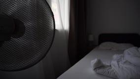 Elektrischer Ventilator-blasendes an im Hotel-Bett-Raum stock footage