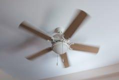 Elektrischer Ventilator der modernen Decke in der Bewegung Stockfotos