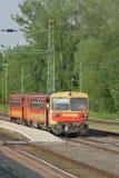 elektrischer Vorstadtzug des Zwei-Wagens Kestkhey, Ungarn Lizenzfreies Stockbild