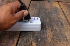 Elektrischer weißer Sockelenergiestangen- oder -erweiterungsblock und ein plu Lizenzfreies Stockfoto