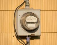 Elektrischer Zählerkasten auf einem Haus lizenzfreies stockbild
