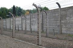 Elektrischer Zaun des Stacheldrahts Stockfotos
