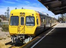 Elektrischer Zug an der Station Stockfotos