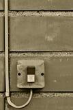 Elektrisches Ausrüstungssteuerim freien industrielle Knopfschalter-Drahtseilnahaufnahme, alter gealterter verwitterter grungy Bac Stockbild