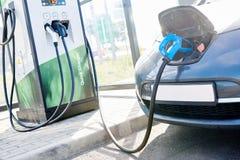 Elektrisches Auto-Aufladung Ökologisches Automobil lizenzfreie stockfotos