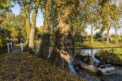 Elektrisches Boot im Kanal Giethoorn im Herbst Stockbild