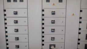 Elektrisches Brett und Systemsteuerung stehen in der Industrieanlage mit verschiedenen Schaltern und Knöpfen stock video