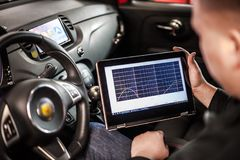 Elektrisches Diagnosengerät im modernen Auto stockfotografie